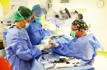 operacja implantu słuchowego w kajetanach
